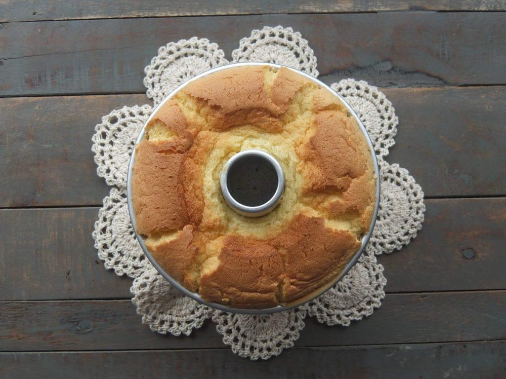 アルミ型に入ったシフォンケーキ