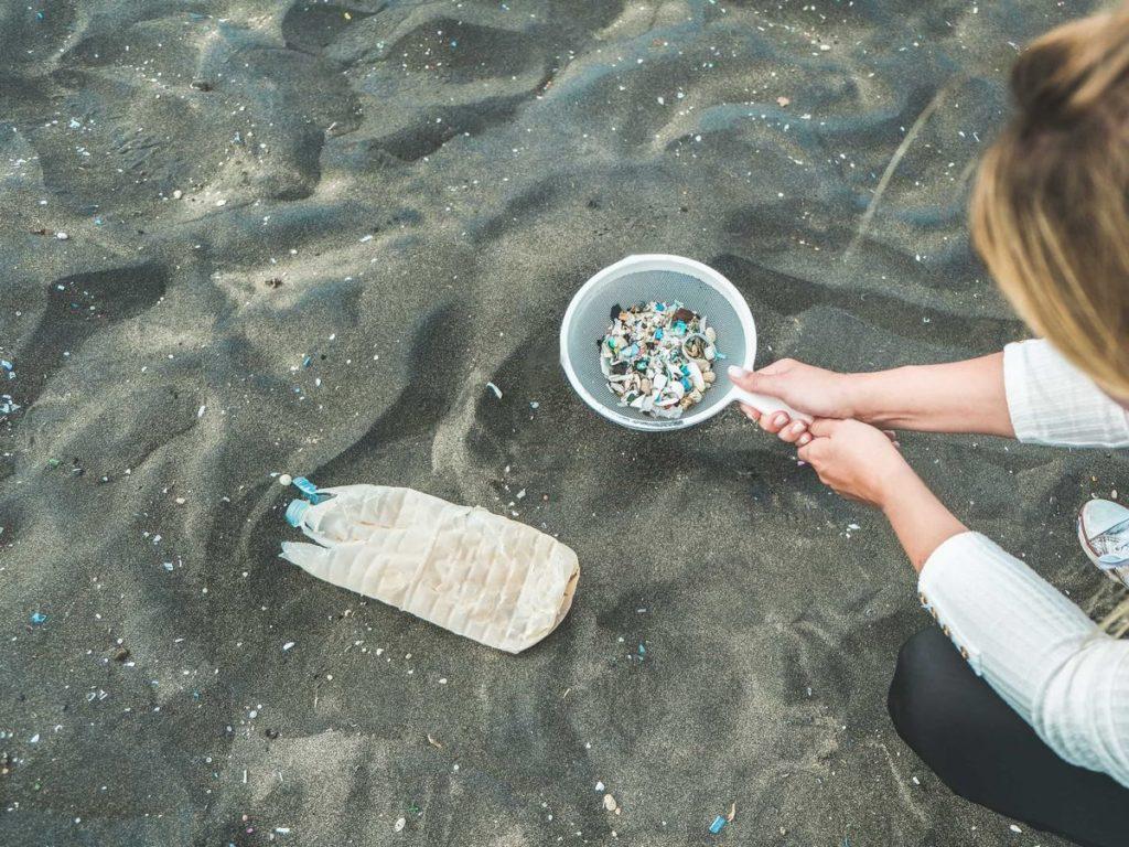 マイクロプラスチックが散乱した海岸