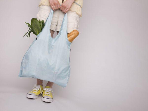 エコバッグを持った女性