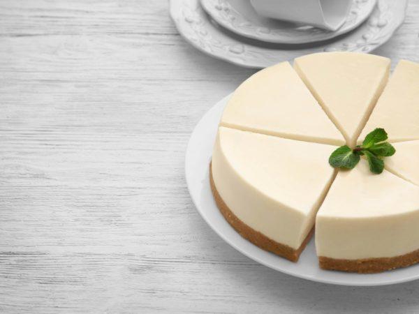 カットしたレアチーズケーキ